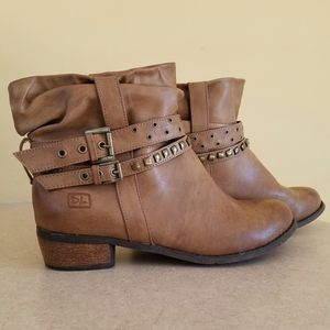 Dirty Laundry/ tan ankle boots w/studded straps